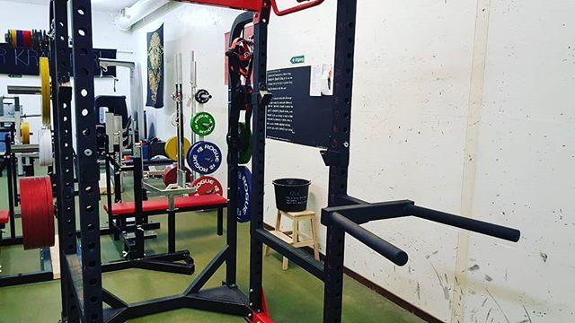 Nytt tilskudd til gymmen! Abilica Dips-tillegg til powerracket vårt. Handlet lokalt hos @sport1risor. Vi prøvde Risør først! ___________________________#prøvrisørførst #risorkraftsport #styrketrening #kraftsport #styrkeløft #trening #risørby @risorby