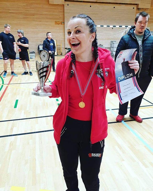Idag har det vært NM i Benkpress hos @lenja_ak i Fredrikstad. Anette Heimstad-Aasbø tok gullet i sin klasse -63kg Veteran 40-49! På toppen av det hele har hun fått med seg bestemanns premien også! Gratulerer så mye, Anette! Det var veldig gøy å være med deg i prosessen. Anette er en dreven styrkeløfter, men dette er hennes første NM med utstyr. Hun har løftet 100kg fire ganger på trening, men norgesrekorden på 100kg gikk ikke idag. To veldig gode forsøk på å slå rekorden med 1kg (101kg) gikk dessverre ikke opp idag. : @romantelezhnyak @lenja_ak ( @mina_bakker)Risør Kraftsport gensere og t-skjorter ble trykket av en lokal bedrift i Risør: Glupen Trykk! Takk for at dere har fått det til i tide! ________________________________#risorkraftsport #styrketrening #kraftsport #styrkeløft #trening #risørby @risorby #benkpress #norgesmesterskap #idrett #sterkblidogdopingfri