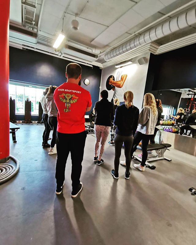 @romantelezhnyak jobber med å ta PT-utdannelsen hos @afptnorge og er nå ferdig med to av fem praksis helger!Eksamen er i november, så det er like før vi kan tilby PT-timer hos oss, coaching (og webcoaching) med 100% personlig tilpasset treningsplan som sørger for en god og trygg progresjon i treningen.Snart kan vi hjelpe deg å nå dine mål med rykende fersk kunnskap i hodet og kropp!_________________________________#risorkraftsport #styrketrening #kraftsport #styrkeløft #trening #knebøy #benkpress #markløft #gøy #mestring #glede #lykke #helse #gym #sørlandet #risørby #risør @risorby #personligtrener #personligtrening #afptnorge #afpt