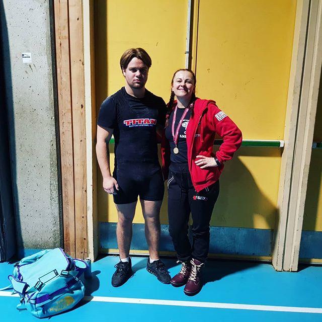 To norgesmestere fra lille Risør! Begge hadde håpet på flere kilo på stanga, men gitt rammene gjennomførte begge helt rått bra! Vi er så stolte av dere ️. Gratulere Emil og Anette som norgesmestere i benk 2019🇧🇻🇧🇻🇧🇻