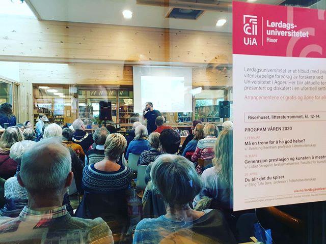 På grunn av en PT time var det så vidt vi rakk #lørdagsuniversitetet på Risør bibliotek i dag. Og det er så fullt at det står masse folk påutsiden av rommet og hører så godt de kan med dempet lyd gjennom veggene. Dette er skikkelig kult! Det lover godt for kunnskapsspredning rundt trening og helse både i Risør og resten av Norge. Dette burde vært streamet, kjempegodt tiltak!