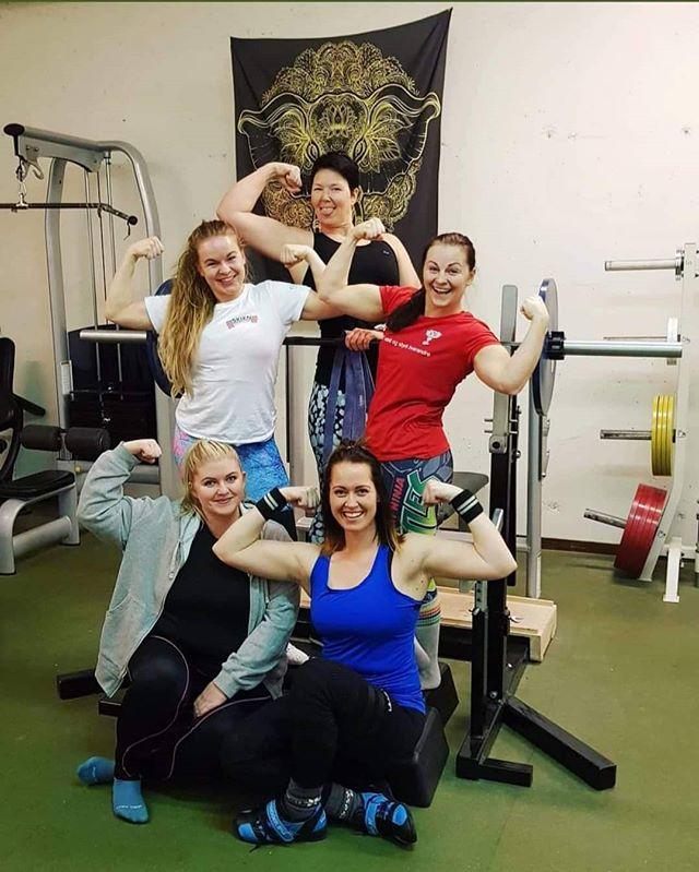 """Gratulerer med kvinnedagen!Her på Risør Kraftsport er du velkommen uansett kjønn, alder og målsetning. Her er du like mye verdt uansett hvor du befinner deg på """"sterkhetsskalaen"""", og uansett hvordan du ser ut! Her kan du trene uten å måtte tenke på å oppfylle et visst ideal, være seg styrke eller utseendemessig. Velkommen et miljø hvor vi jobber mot det ekstreme kropps og utseendefokus som finnes i dagens samfunn, og kanskje ekstra mye i fitnessindustrien. Her hos oss vektlegger vi helse, mestring, glede, samhold og gode opplevelser! Det å få en bedre hverdag, bedre søvn og bedre helse er noe som kan endre ditt liv. Å klare din første push up, første pull up, eller bli supersterk gir deg mestringsfølelse og et bedre forhold til kroppen din - dere må jo spille på lag for å få det til️. Vi vil du skal jobbe på lag med kroppen din, og ikke mot den. Sånn oppnår du de mest bærekraftige resultatene.Vi heier på deg!"""